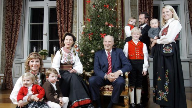 kongefamilien_bunad